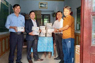Thầy giáo Phạm Công Hà (GV thể dục) tặng khẩu trang cho cán bộ giáo viên, nhân viên và học sinh toàn trường nhằm đẩy mạnh tinh thần phòng chống dịch covid-19